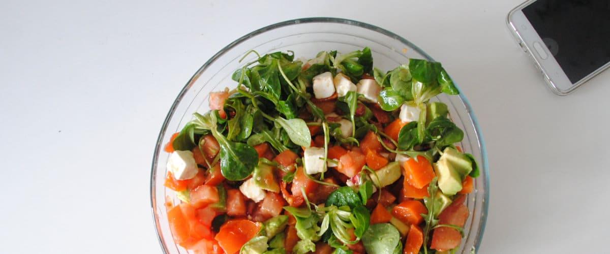 Ensalada de rúcula, zanahoria, queso feta y aguacate