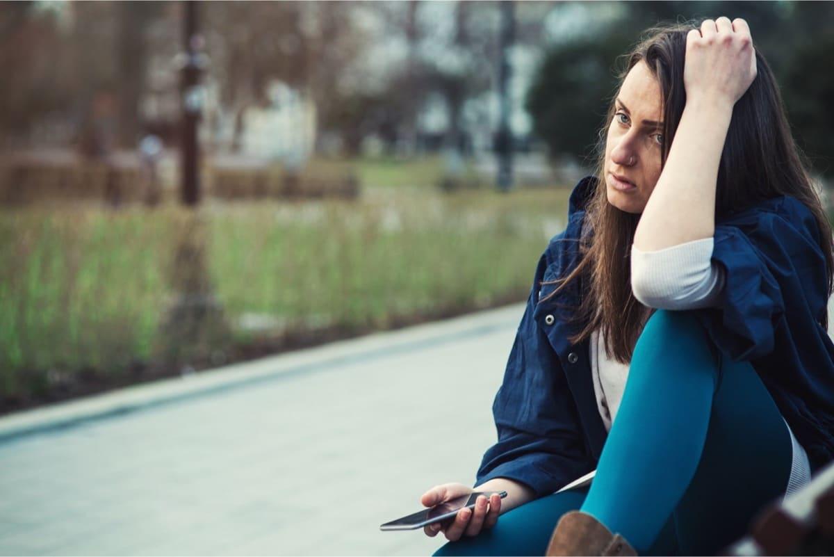 mujer pensando en su ex y triste