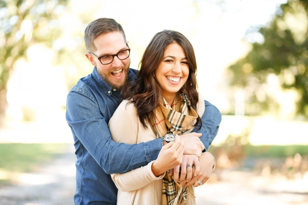 pareja contenta y feliz