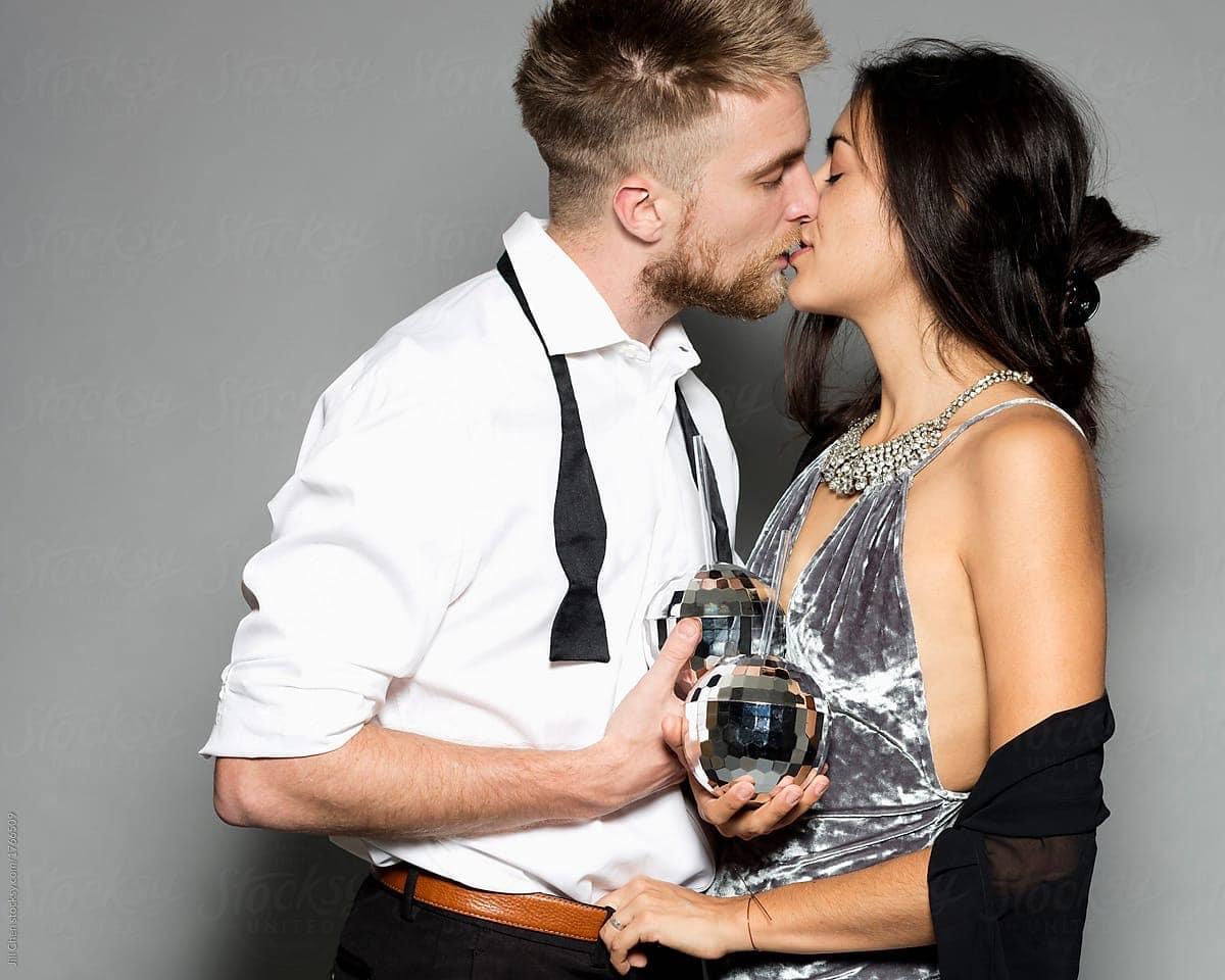 pareja que se besa