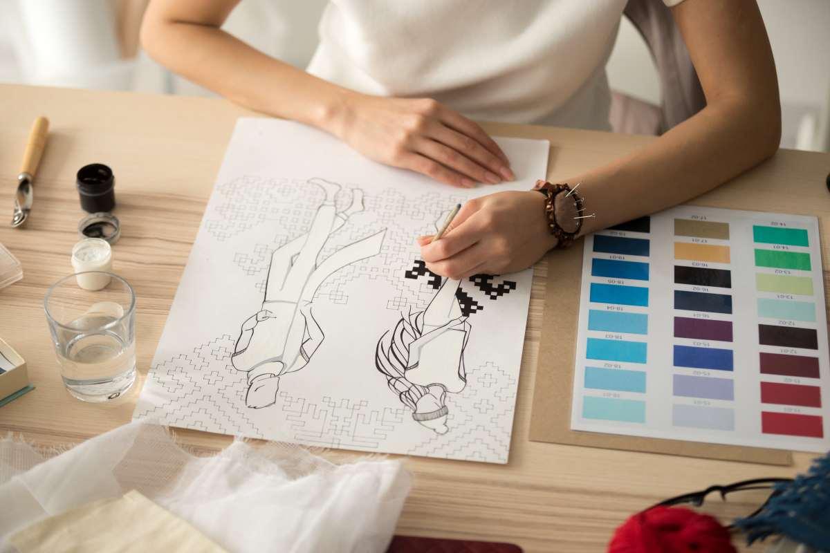 mujer eligiendo paleta de colores
