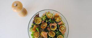 Ensalada con salmón ahumado y calabacín