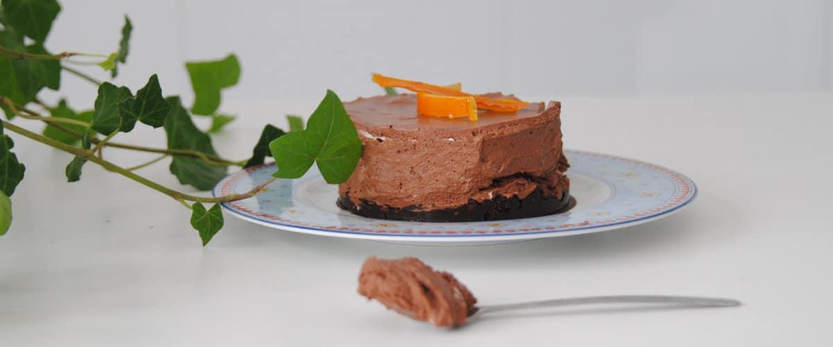 Mousse de chocolate sobre base crujiente con naranja