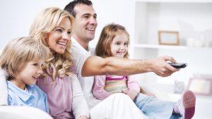 familia viendo la television