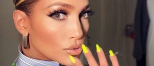 Uñas amarillas Jennifer López