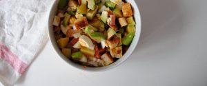 Ensalada de aguacate, salmón y pan frito