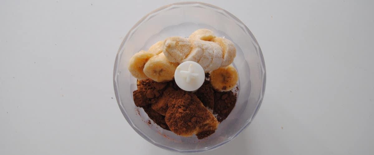 Helado de plátano y chocolate con galleta