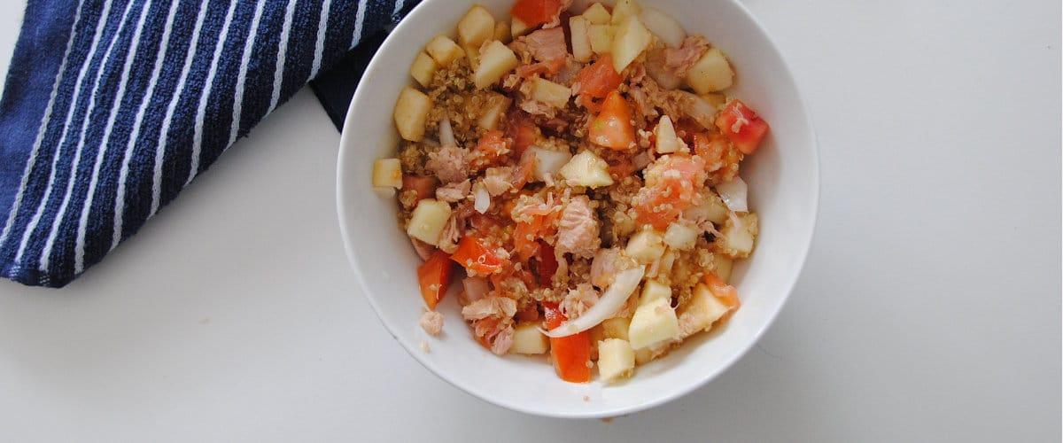 Ensalada de quinoa, salmón, manzana y tomate