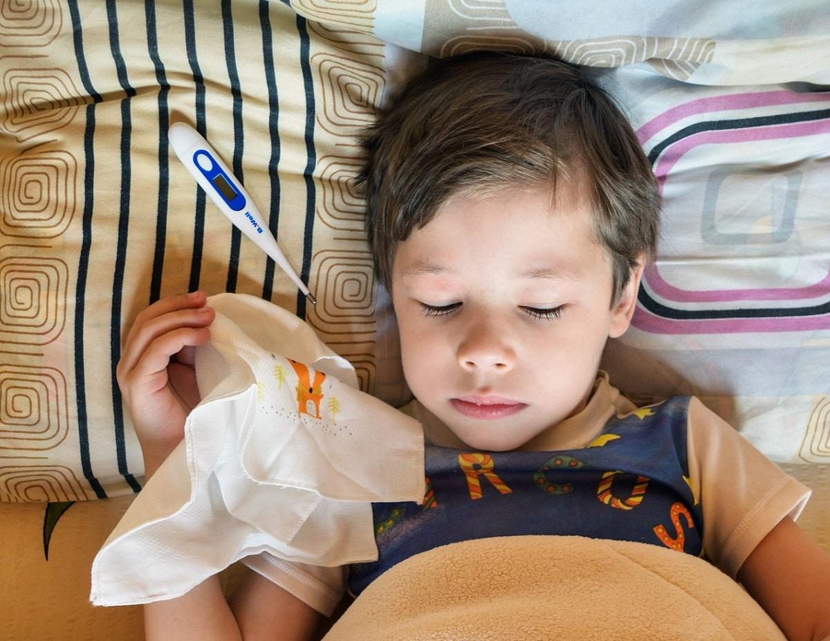 Medir la temperatura del bebé con termómetro láser