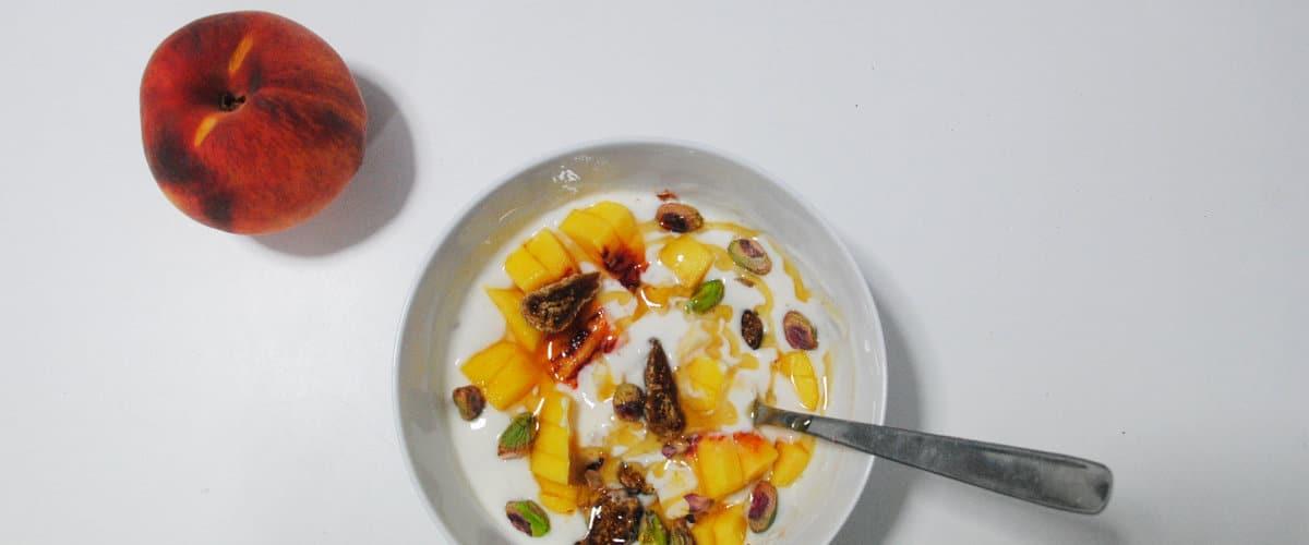 Yogur con melocotón y pistachos