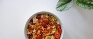 Ensalada de garbanzos con cherrys, calabacín y queso fresco