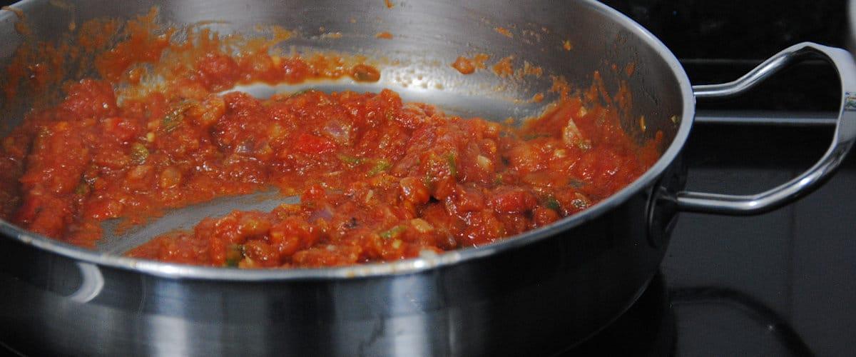 Guiso de garbanzos con pollo y tomate