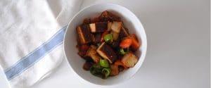 Tofu ahumado con pimientos y salsa agridulce