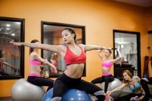 ejercicio con balón pilates