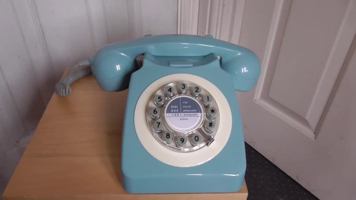 Teléfono fijo retro en casa