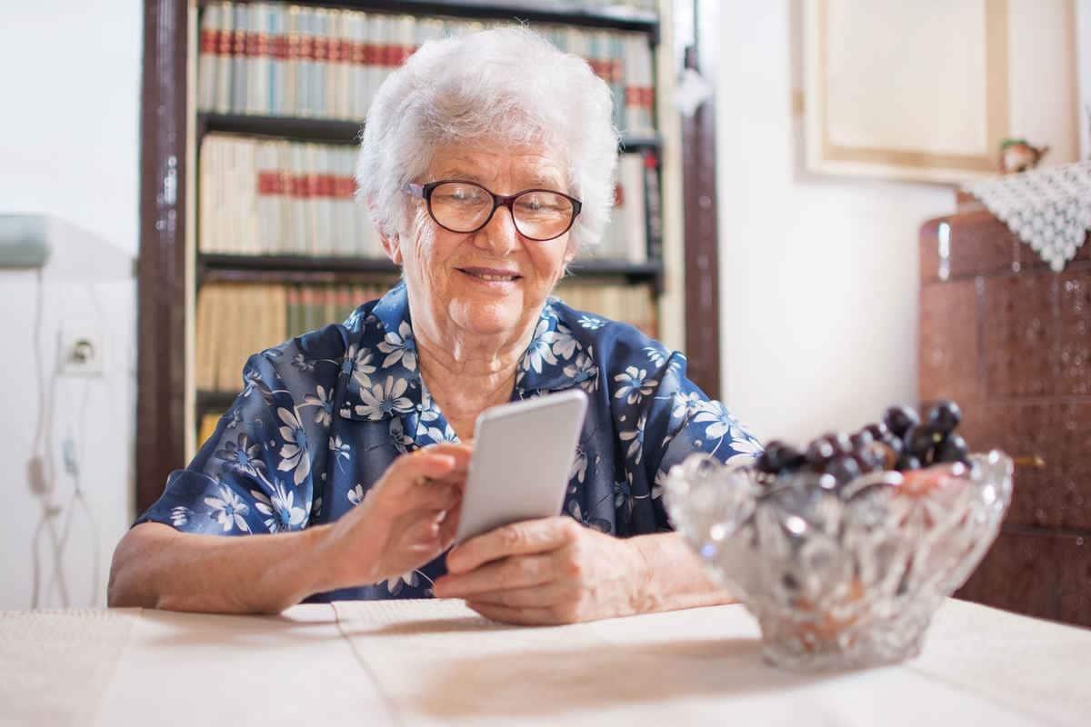 Persona mayor usando un móvil