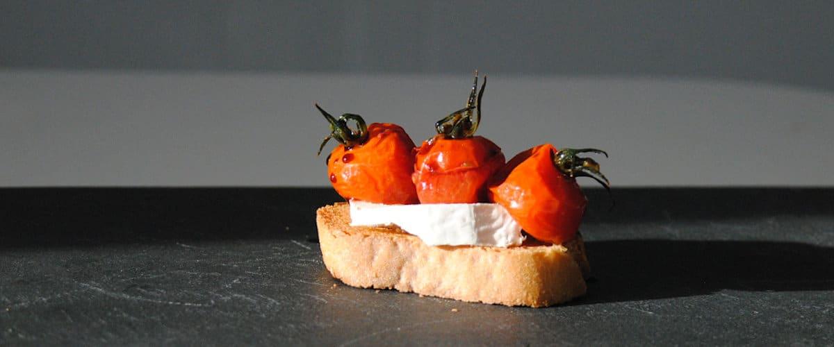 Canapé de queso de cabra y tomates confitados