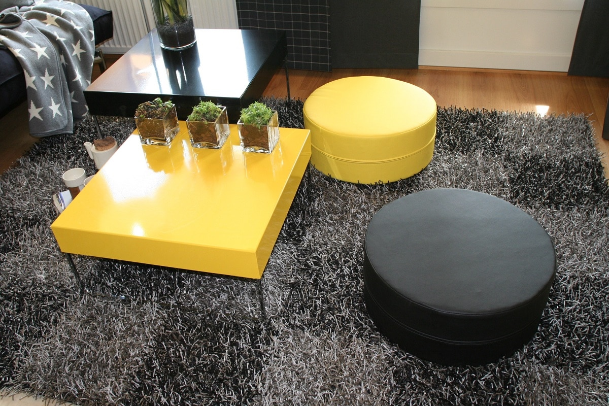 Decora con color gris y amarillo