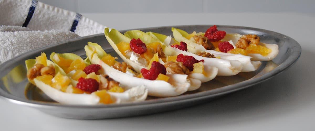 Endivias rellenas de naranja, queso y nueces caramelizadas