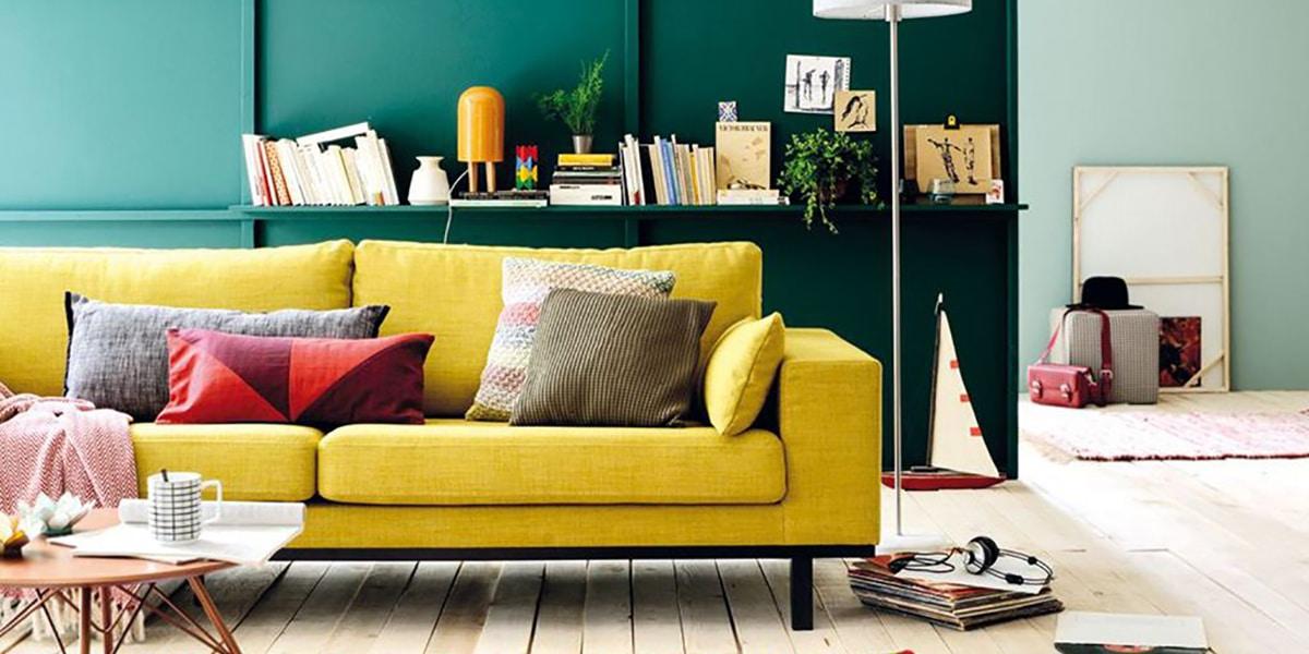 Salón con sofá colorido