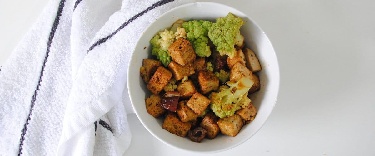 Tofu marinado con romanesco y dátiles