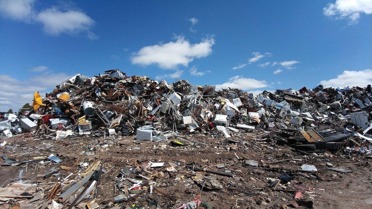 Montaña de basura sin reciclar.