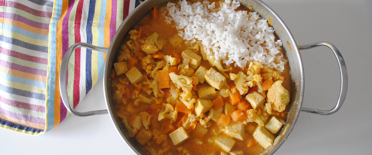 Curry de tofu y coliflor con arroz