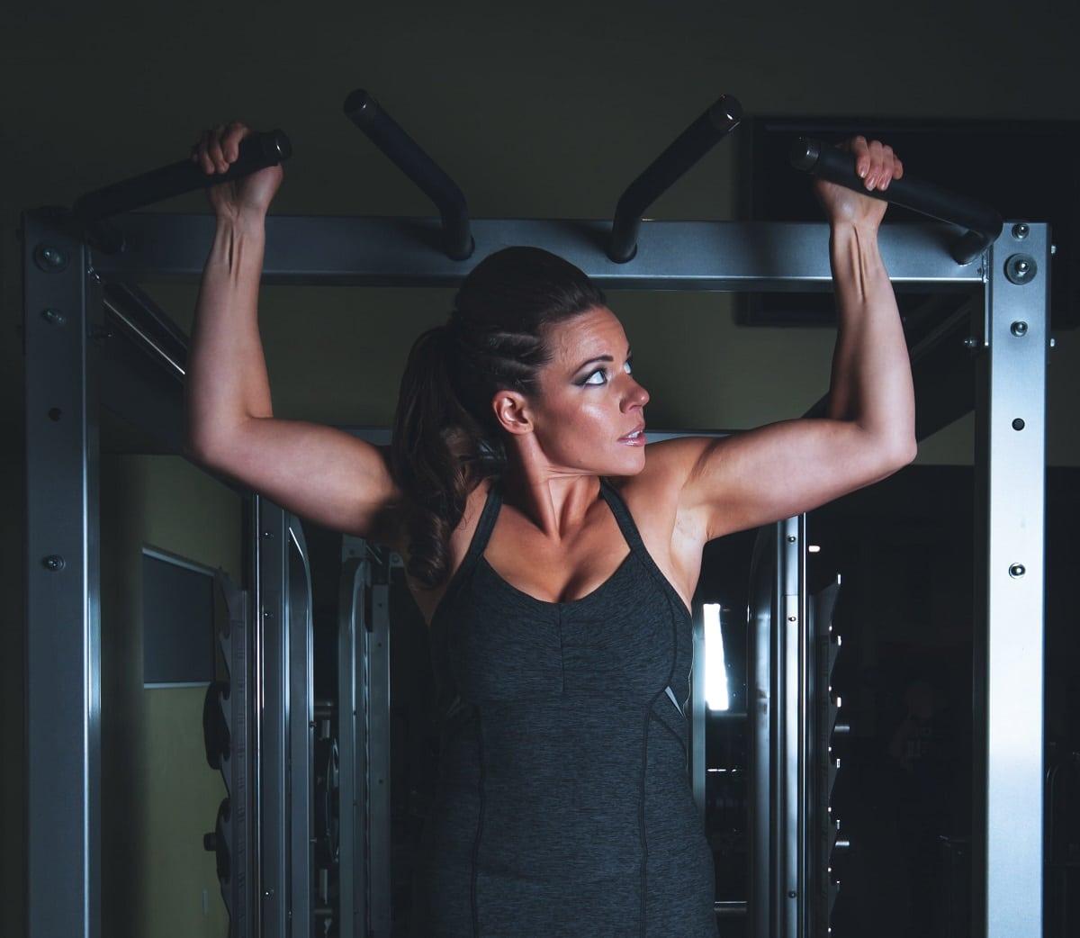 Cómo hacer dominadas en el gimnasio