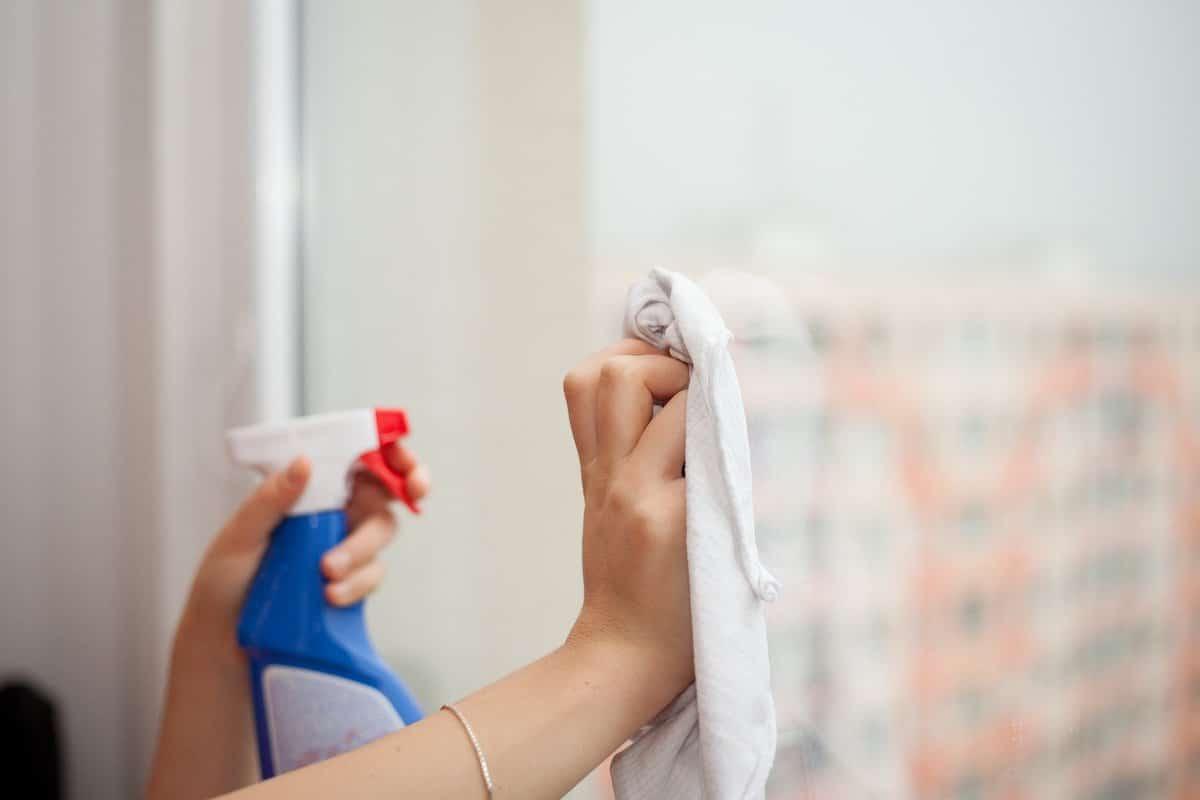 Limpia las ventanas con vinagre.