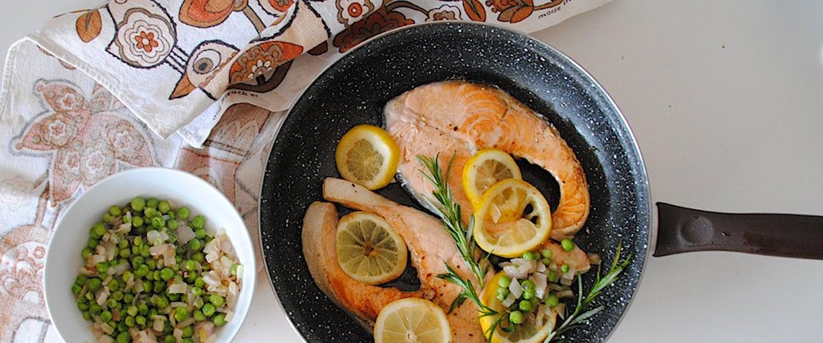 Salmón a la sartén con limón y romero