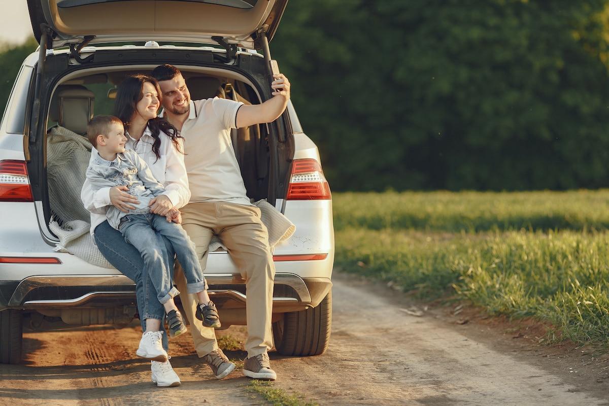 Familia viaja en coche.