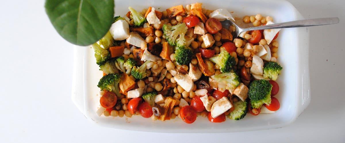 Ensalada de garbanzos con boniato, brócoli y mozzarella