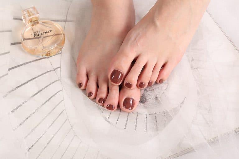 Por qué aparecen los hongos en las uñas de los pies