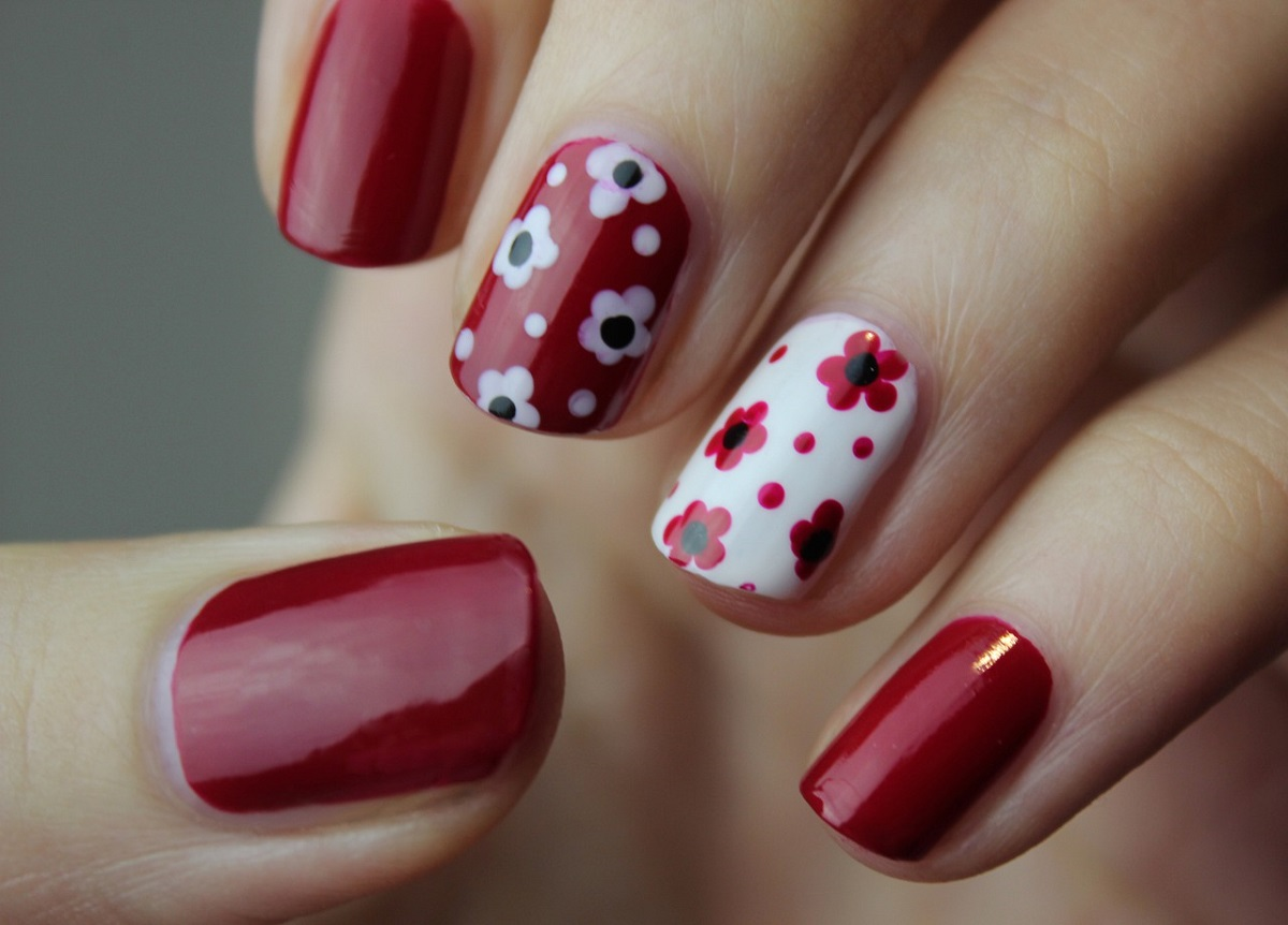 manicura con flores de tendencia