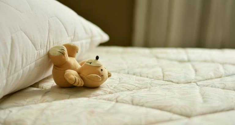 Cómo limpiar las manchas amarillas del colchón