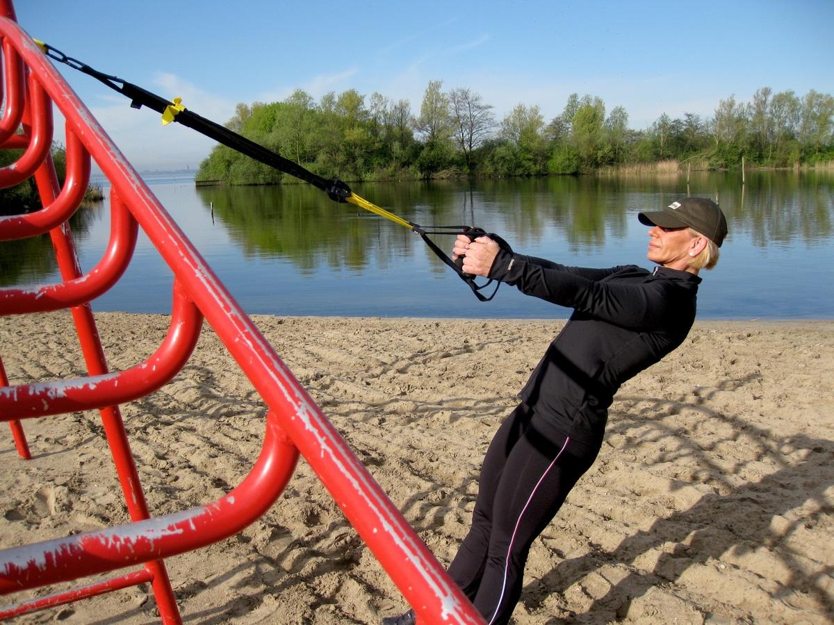 Entrena al aire libre ejercicios de TRX