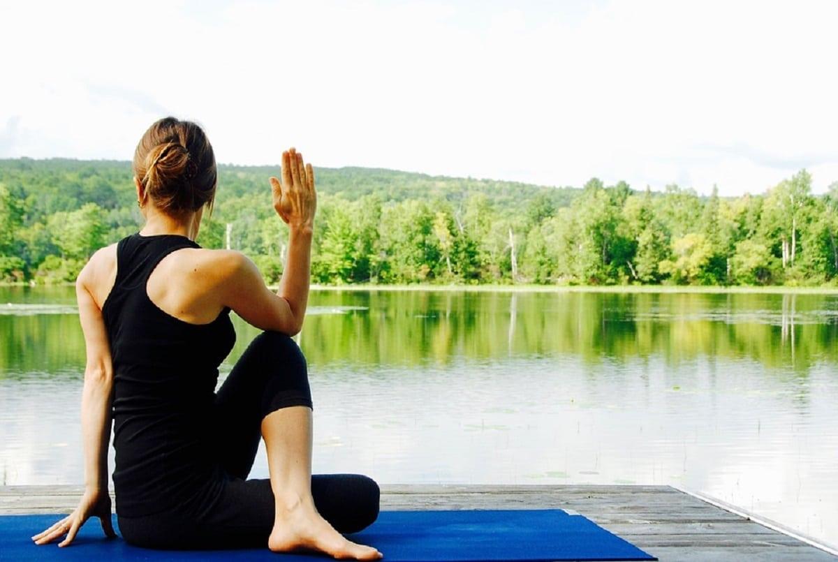 Posturas de yoga contra piernas hinchadas