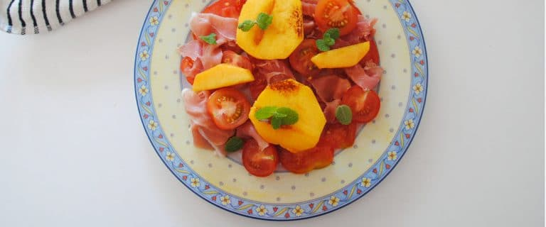 Ensalada de tomate, jamón y melocotón