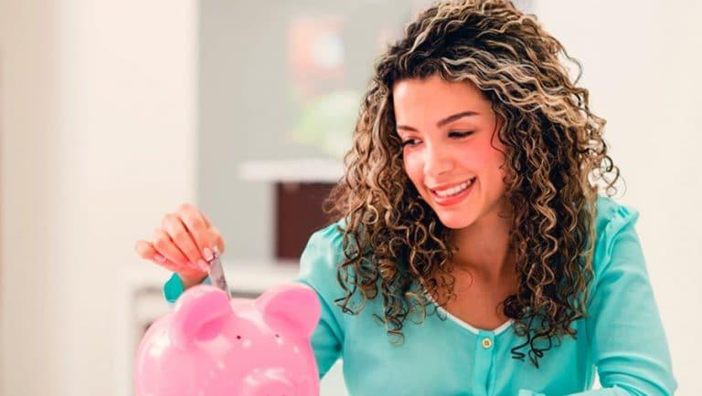 mujer ahorrando dinero