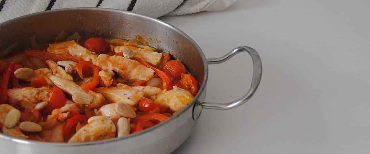Tiras de pollo con pimiento rojo y almendras