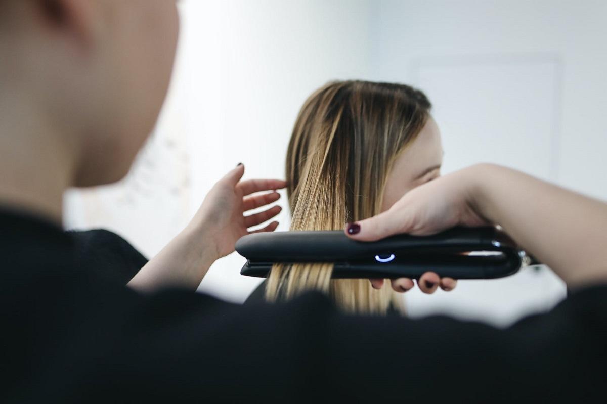 Rizar el pelo con la plancha